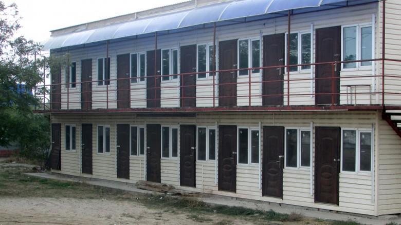 Das ist keine Asylantenunterkunft, sondern ein Ferienheim direkt am Meer.