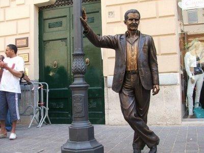 Die Figur des Salvo Montalbano in Porto Empedocle. Porto Empedocle ist die Kulisse für die Serie, Andrea Camilleri hat hier auch ein Haus.